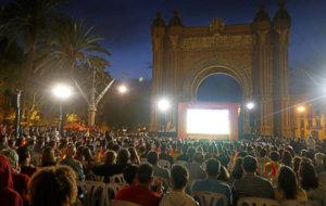 Pantalla gigante instalada en la Plaza de Cataluña en Barcelona. /