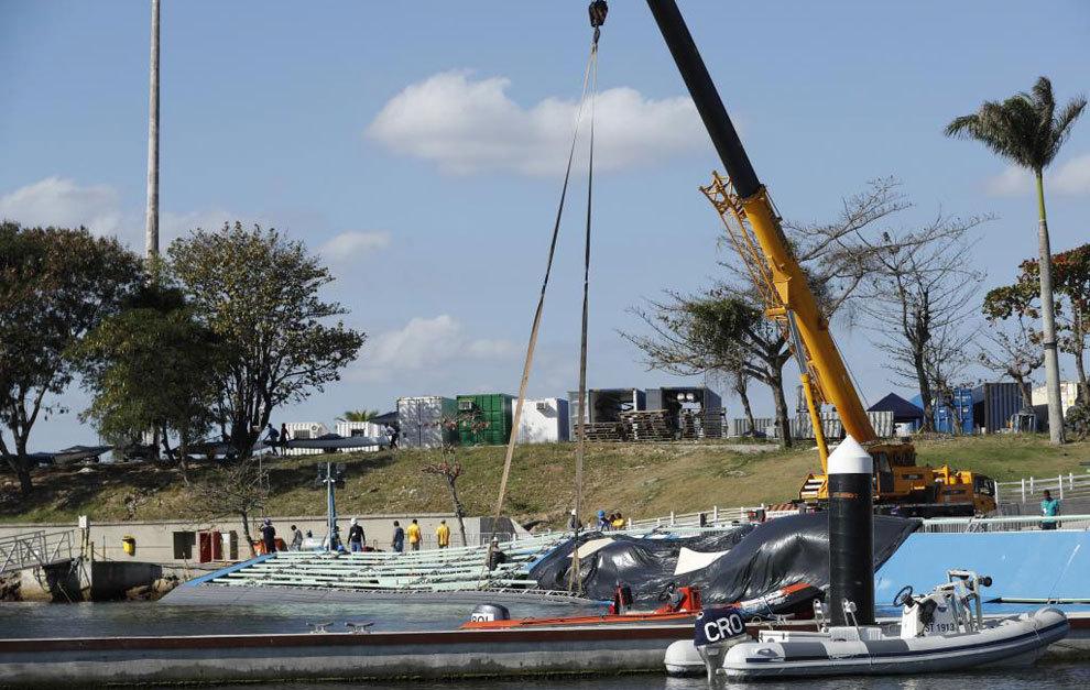 Obreros reparando una de las rampas dañadas por la marea