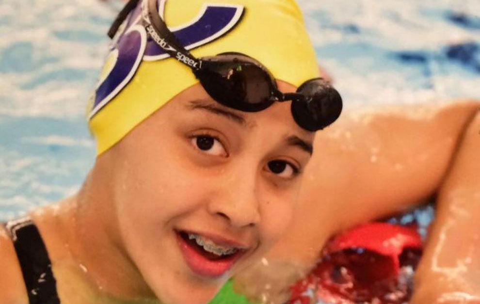 Gaurika Singh, posando en una piscina