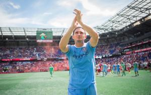 Frank Lampard aplaude a la afici�n del NY City