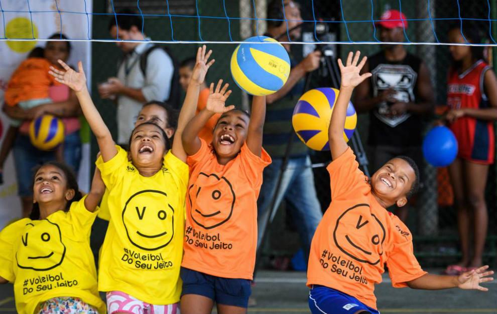 Los niños brasileños jugando al voleibol.