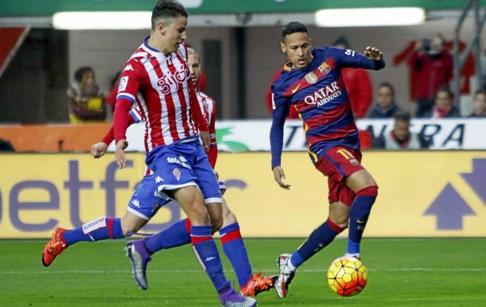 Igor trata de arrebatar un balón a Neymar.