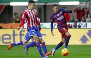 Igor trata de arrebatar un bal�n a Neymar.