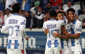 Los jugadores de Pachuca abrazan a Hirving Lozano tras marcar un gol.