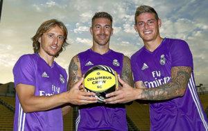Luka Modric (30), Sergio Ramos (30) y James Rodr�guez (25) posan con...