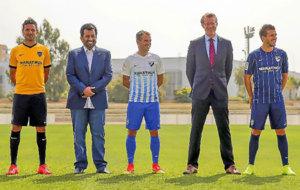 Al Thani, con los capitanes del M�laga, luciendo la nueva marca