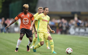 Bedoya, de amarillo, controla el bal�n ante la presencia de Ndong,...