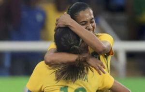 Andressa Alves se abraza a Marta tras marcar.
