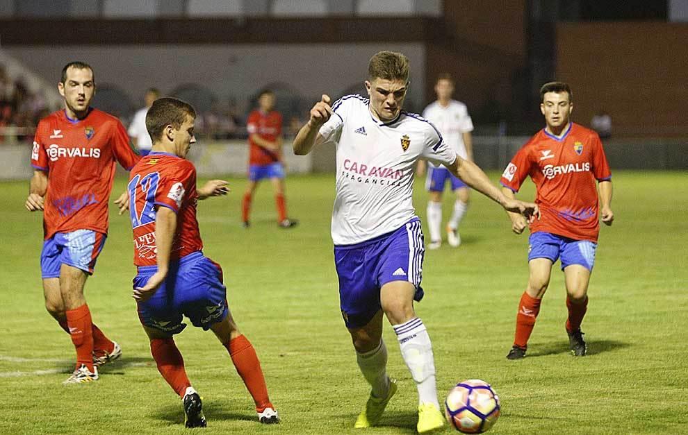 Raúl Guti controla el balón durante el partido en Teruel