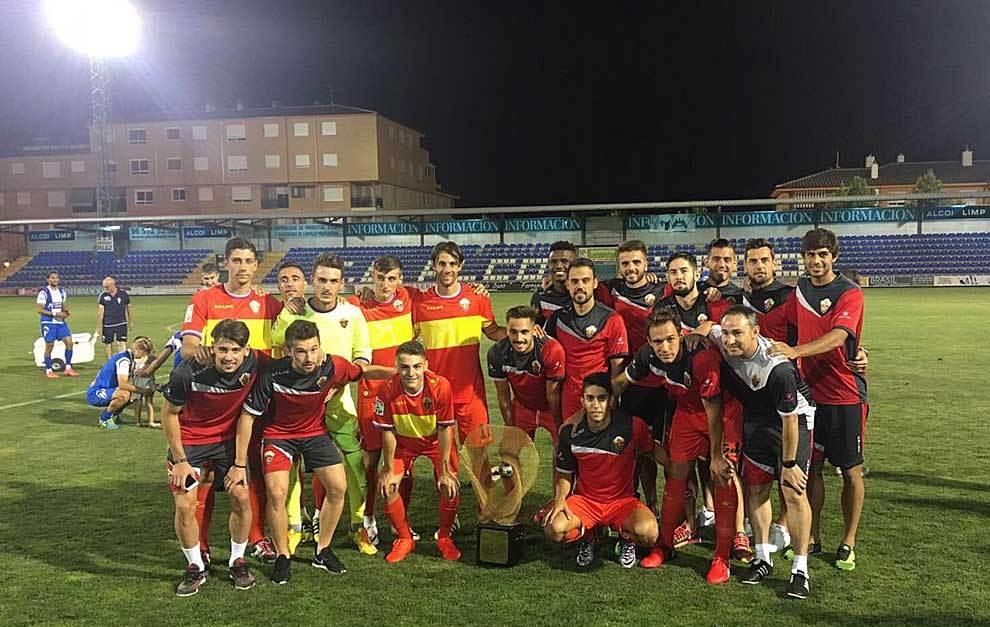 Los jugadores ilicitanos posan en El Collao con el trofeo conquistado