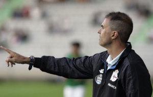 El entrenador del Deportivo dando instrucciones durante un encuentro