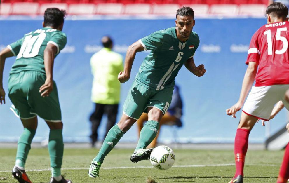 El iraquí Ali Adnan trata de combinar con un compañero.