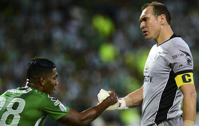 Azcona ayuda a levantarse a Berrío durante la final de la...