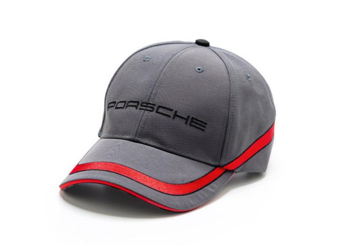 Llevar gorra no riñe con estilo y si es auténtica de Porsche 5c8e28dce74