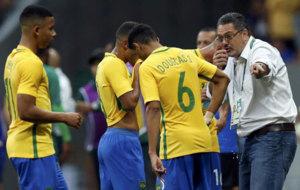 El seleccionador de Brasil da indicaciones a sus jugadores. /