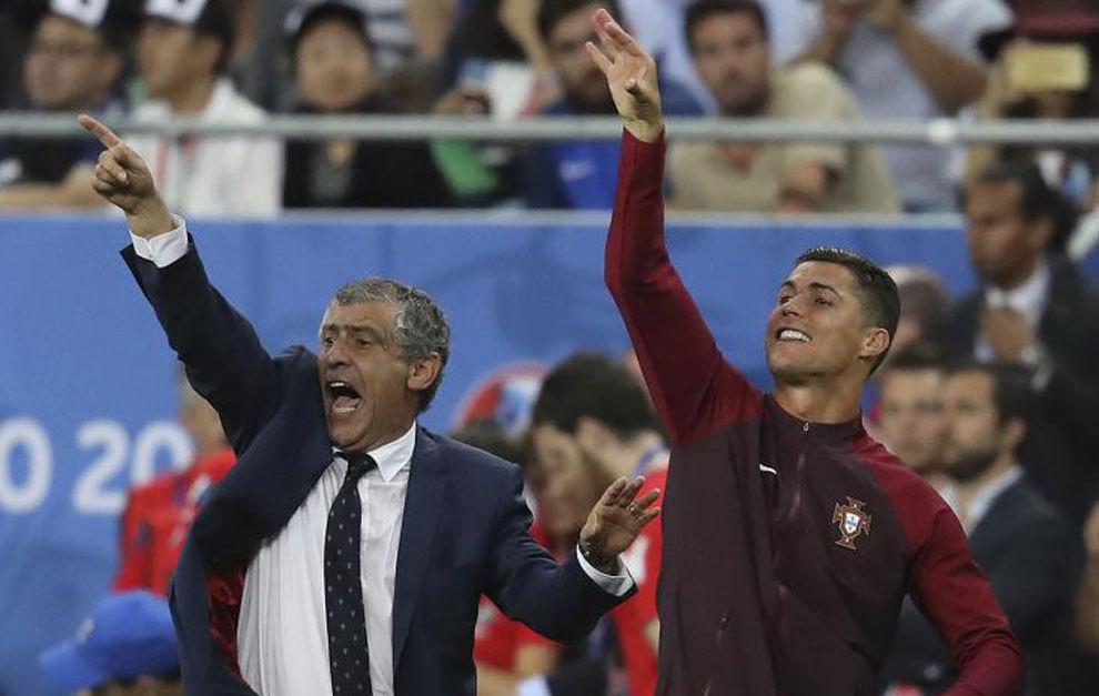 Fernando Santos y Cristiano, en los últimos compases de la final