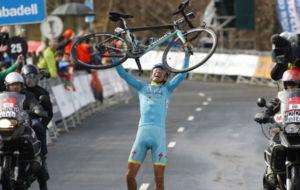 Diego Rosa, celebrando su victoria en el País Vasco.