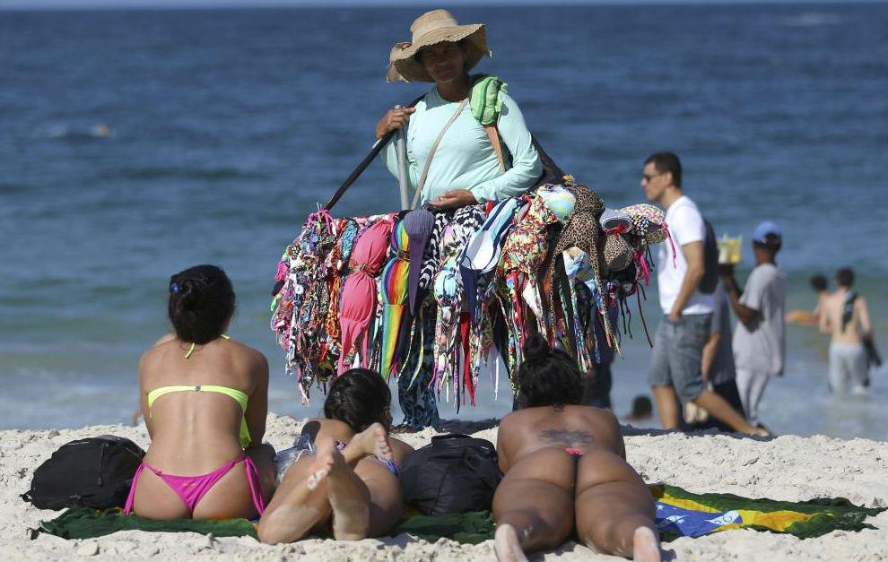 Una mujer vende bikinis en la playa de Copacabana.