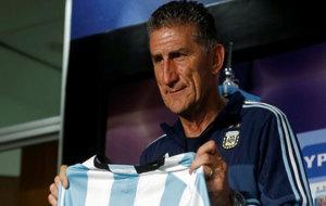 Edgardo Bauza sostiene una camiseta de Argentina durante su...