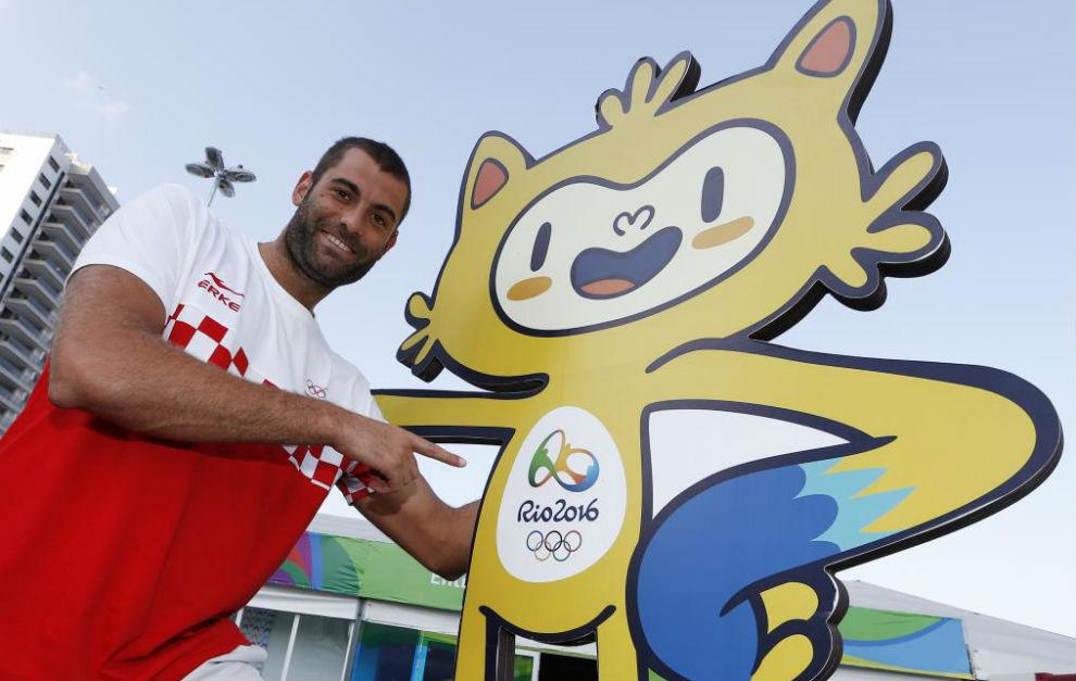 El jugador español de Croacia, con una mascota olímpica.