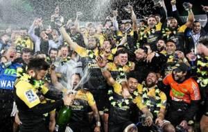 Los Hurricanes celebran en el Westpac Stadium el t�tulo en el Super...