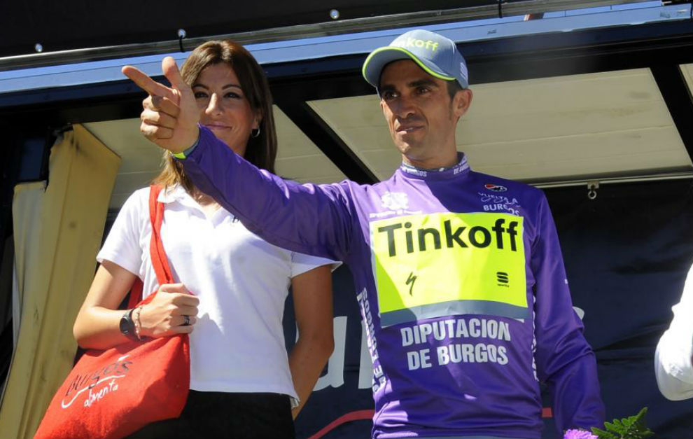 Contador celebra la victoria en el pódium.