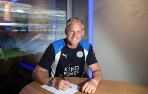 Kasper Schmeichel, en la firma de su renovación.
