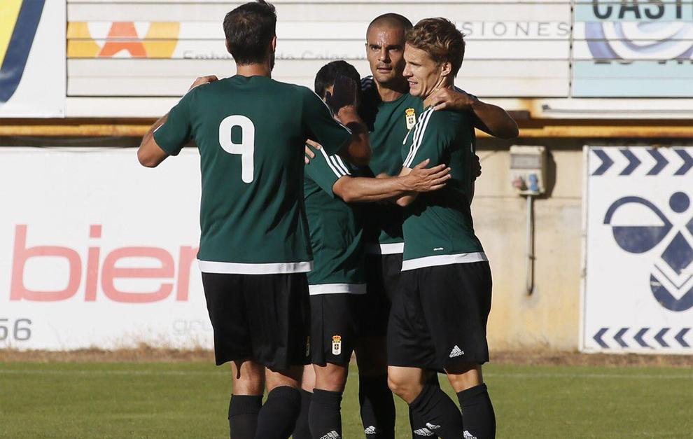 Los jugadores del Real Oviedo, celebrando uno de sus goles a la...