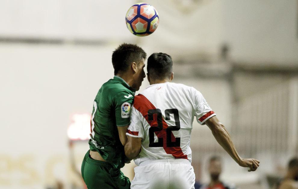Bustinza y Diego Aguirre en una disputa de balón en el Trofeo...