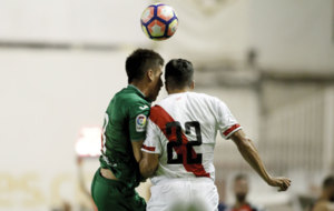 Bustinza y Diego Aguirre en una disputa de bal�n en el Trofeo...