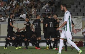 Barral es abrazado por sus compa�eros tras el gol del Granada.