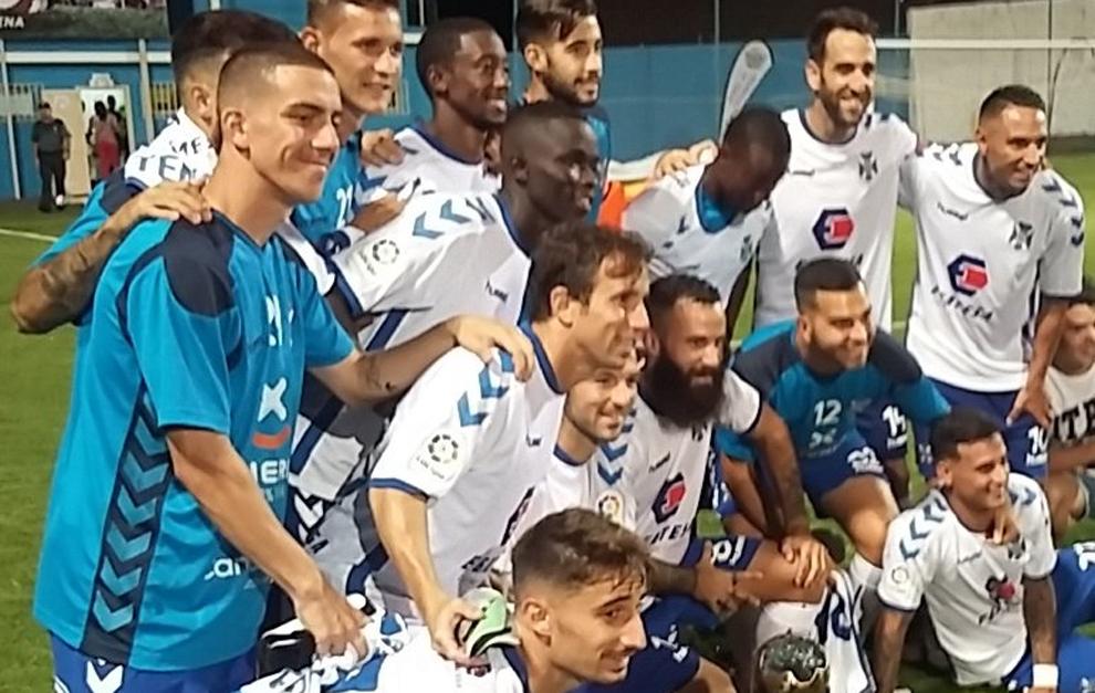 Los jugadores del Tenerife, con el Trofeo Teide.