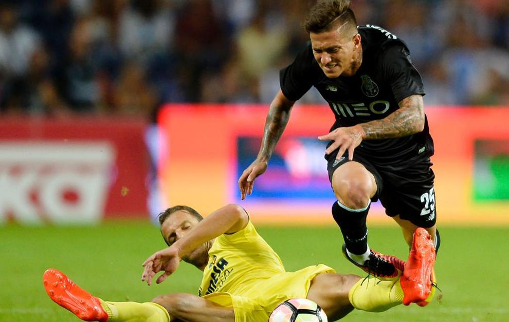 Soldado y Otavio, en una disputa del choque entre Oporto y Villarreal.