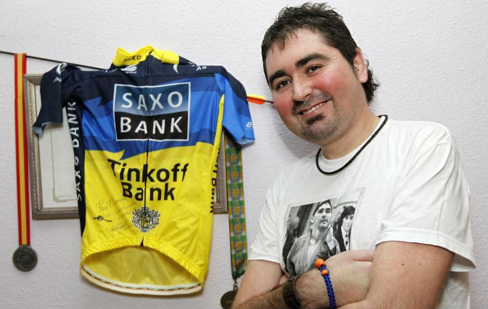 Fernando Mogena posa ante el maillot que le donó Alberto Contador,...
