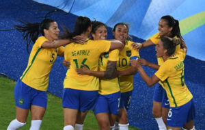 Thaisa, Beatriz, Cristiane, Marta, Andressa Alves y Tamires celebran...