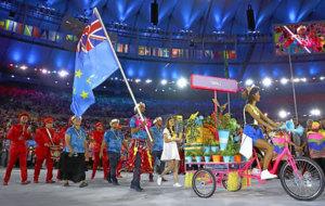 Timuani, único deportista de Tuvalu, ondea la bandera del país en la...