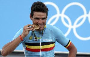 Greg van Avermaet muerde la medalla en el podio de Copacabana. /