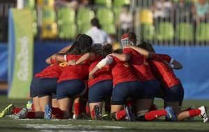 La selección femenina forma el tradicional corro antes del duelo ante...