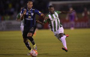 Marlos Moreno disputa un bal�n en la Copa Libertadores. /