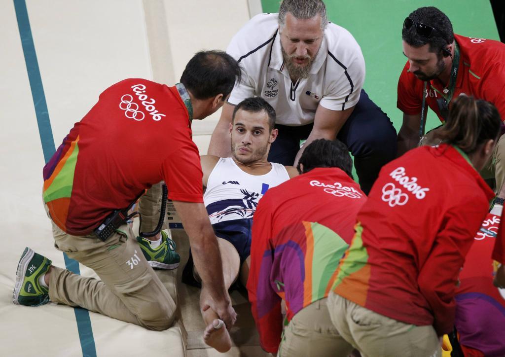 Samir Ait Said es atendido tras fracturarse la pierna izquierda.