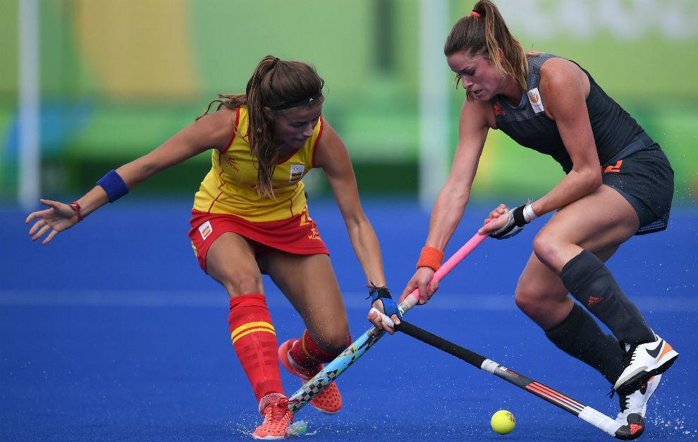 Lucía Jiménez disputa la bola con Lidewij Welten.