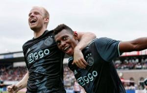 Mateo Cassierra, celebrando su gol con el Ajax.