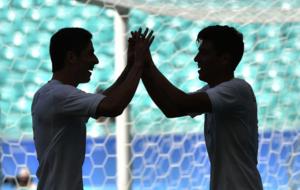 Erick Guti�rrez, a la derecha, recibe la felicitaci�n de un...