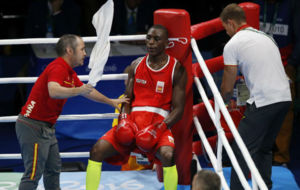 Youba Sissokho, durante uno de los descansos entre asaltos.