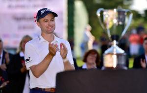 El escoc�s Russell Knox, emocionado, antes de recibir el trofeo de...