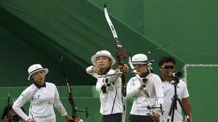 Choi Mi-Sun lanza una flecha a la diana.