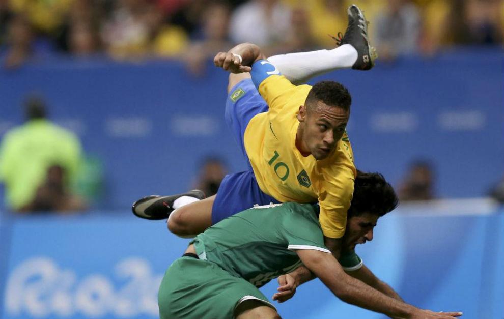 Neymar trata de rematar de cabeza por encima de Alaa Ali.