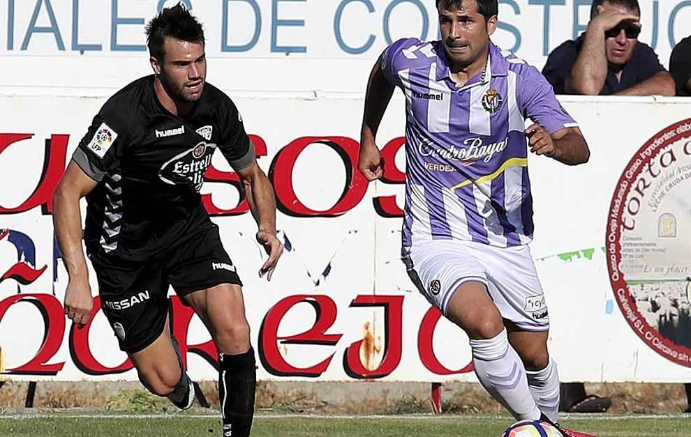 Álex López conduce el balón en el amistoso de Tordesillas