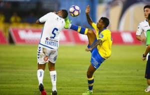 Jonathan Viera levanta mucho el pie ante un jugador del Tenerife