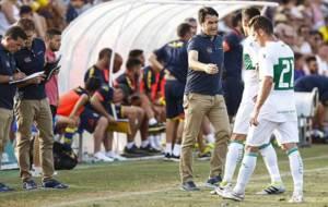 Alberto Toril da indicaciones a sus jugadores durante un partido de...